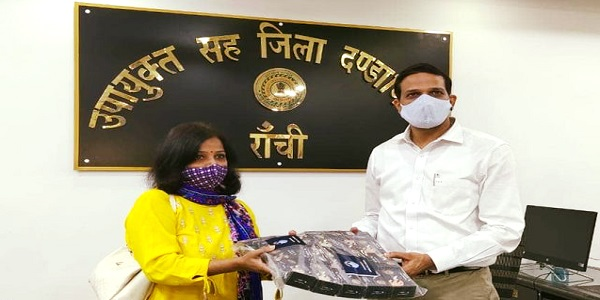 CMPDI handed over 100 oximeters and 1000 masks
