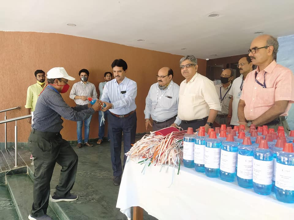 CMPDI distributes masks and sanitizer to workers