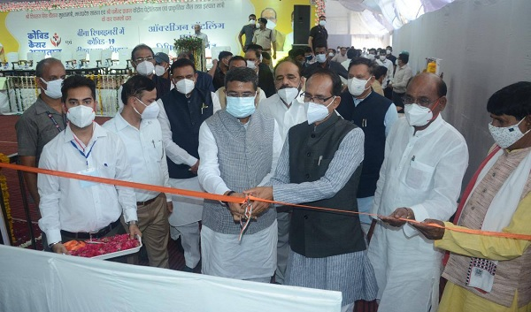 Dharmendra Pradhan along with CM of Madhya Pradesh inaugurates 200 Oxygen Beded Temporary COVID Hospital and Vaccination Campaign