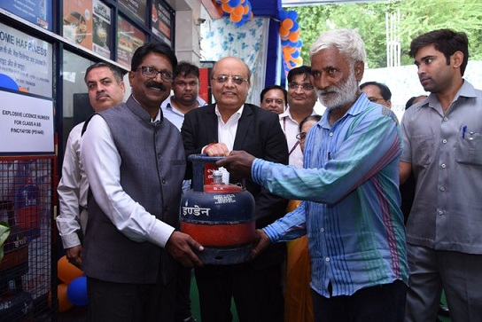 Indian Oil Corporation first 5 KG LPG cylinder to a customer