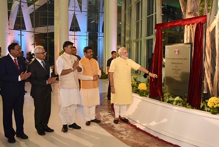 Shri Narendra Modi unveiling the plaque to mark dedication of Deendayal Urja Bhawan.