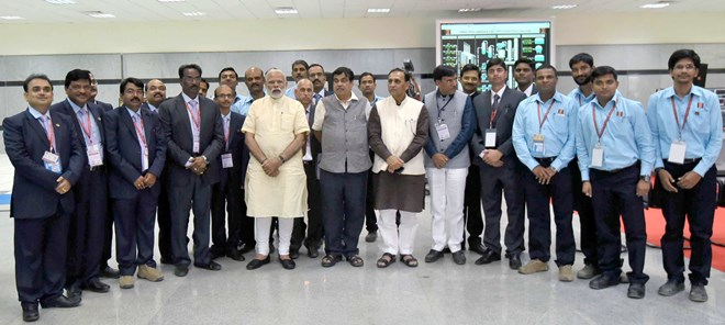 Shri Narendra Modi visits the Central Control Room of OPAL Dahej